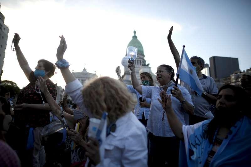 阿根廷墮胎合法化:反對人士在國會外禱告(AP)