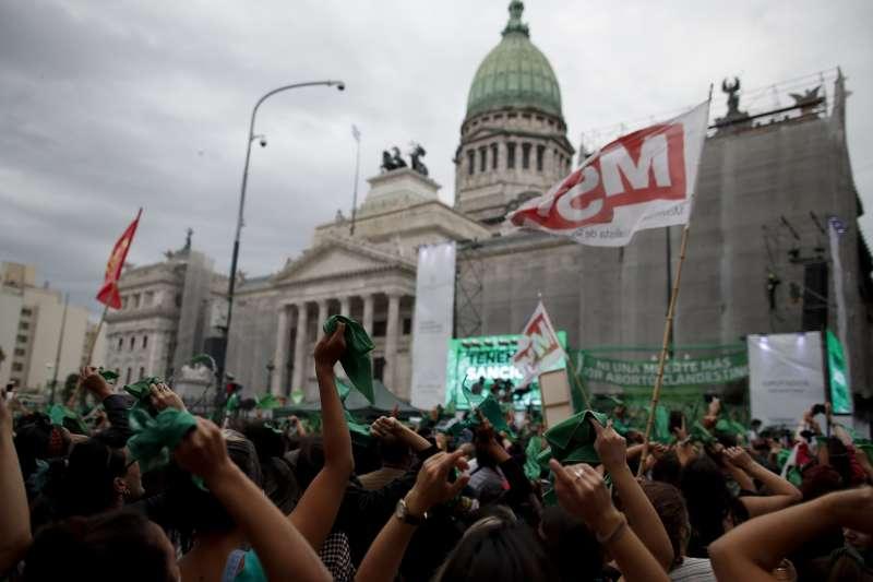 阿根廷墮胎合法化:支持者在國會外歡呼(AP)