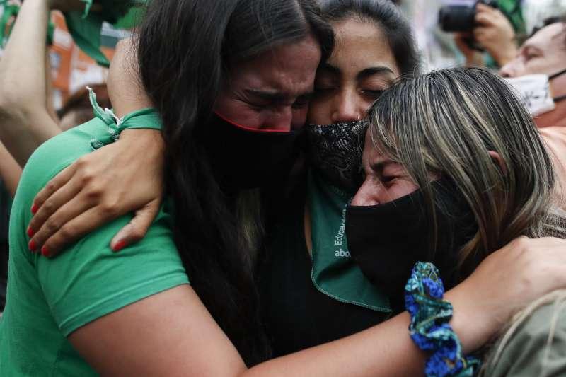 阿根廷墮胎合法化:支持者感動得相擁而泣(AP)