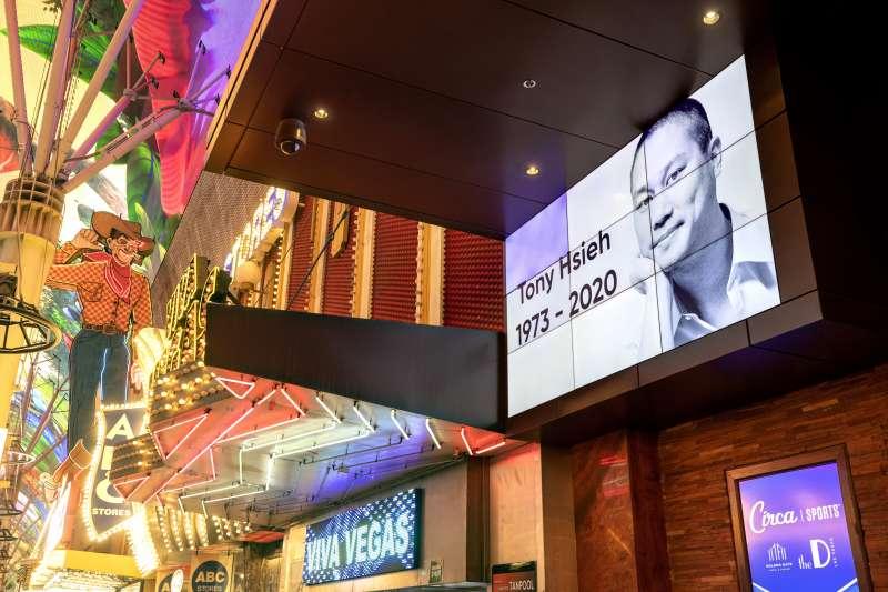 美國知名鞋業電商Zappos創辦人謝家華因火災猝逝,他曾以一系列計畫振興了拉斯維加斯社區,賭城以看板廣告紀念他。(AP)