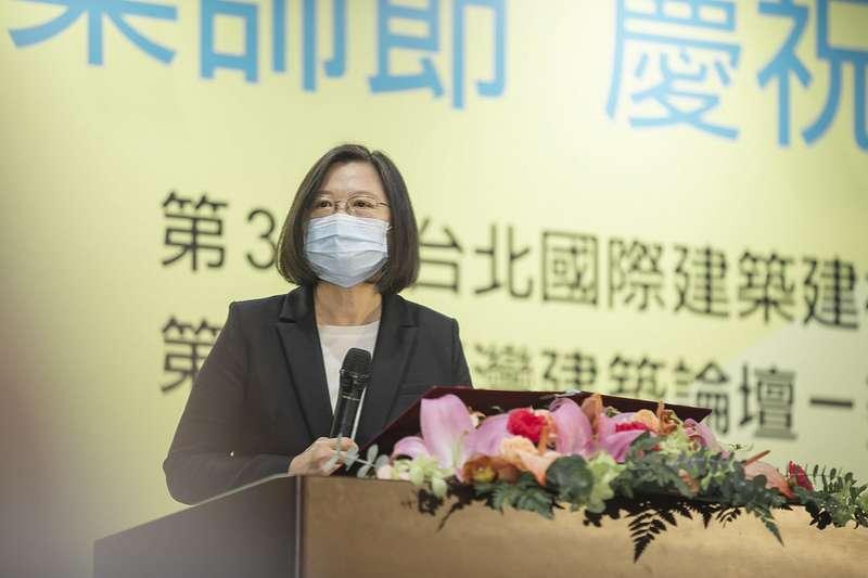 20201212-總統蔡英文出席第49屆建築師節慶祝大會時表示,期盼台灣的建築助居住正義一臂之力,同時將台灣的實力與文化廣傳至國際。(總統府flickr)