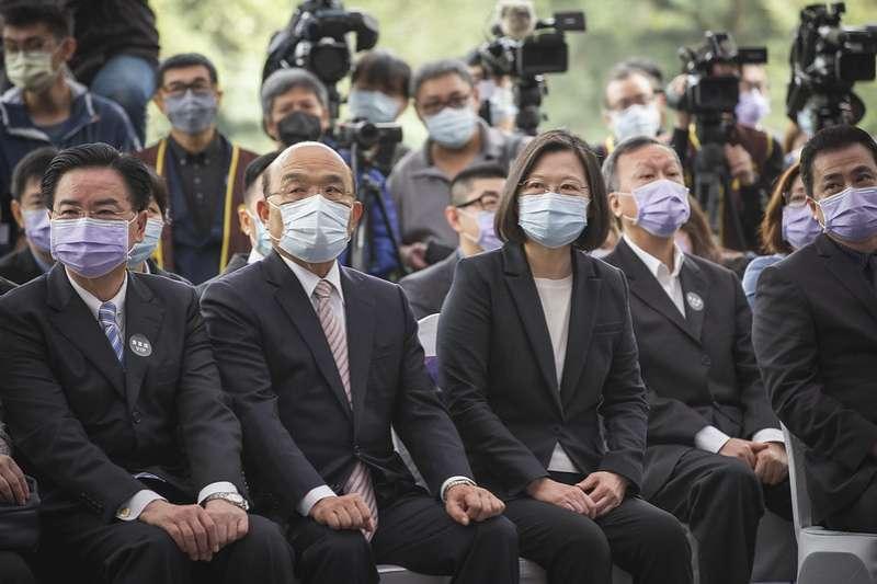 總統蔡英文(右二)與行政院長貞昌(右三)12日出席「Discovery台灣戰疫全紀錄」首映發表記者會時比鄰而坐,蔡英文致詞時強調,兩人關係良好。(總統府提供)