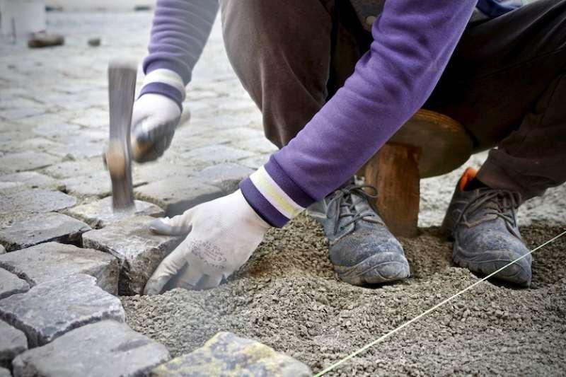 「木錘榔頭」(pilone)將「小聖伯多祿」石磚打入地面(曾廣儀攝)