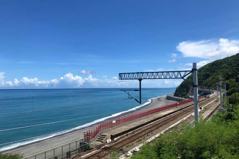 鳴日號穿梭在海岸線上,在多良車站緩速行駛,宛如行駛在海上般夢幻。(雄獅旅遊提供)