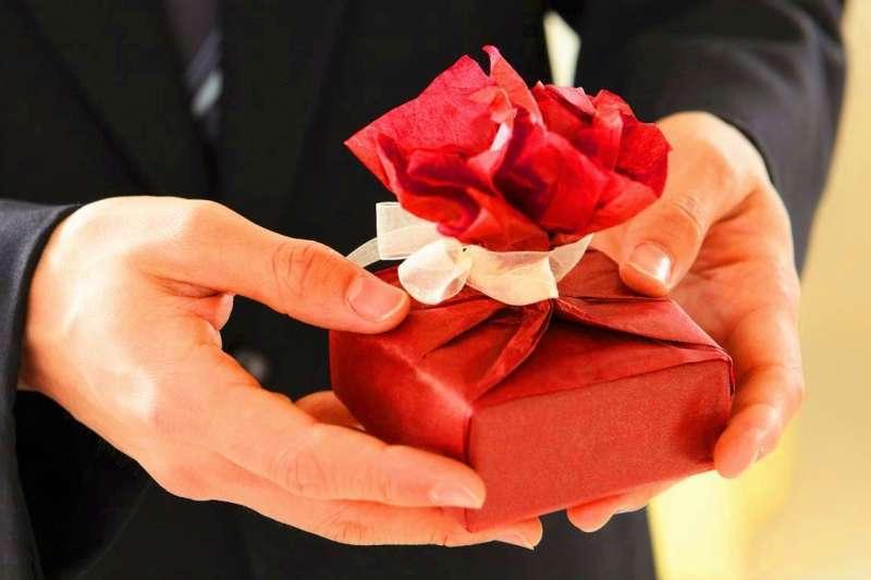 在職場上若想贏得好人緣,聖誕節交換禮物最好不要選以下五種。(圖/Pixabay@pexels)