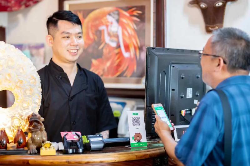 杭菊小鎮一條街是個擁有客家文化的悠閒街區,數位建設可以活化偏鄉街區,增加在地店家商機,促進在地產業創新轉型。(圖/中華民國資訊軟體協會提供)