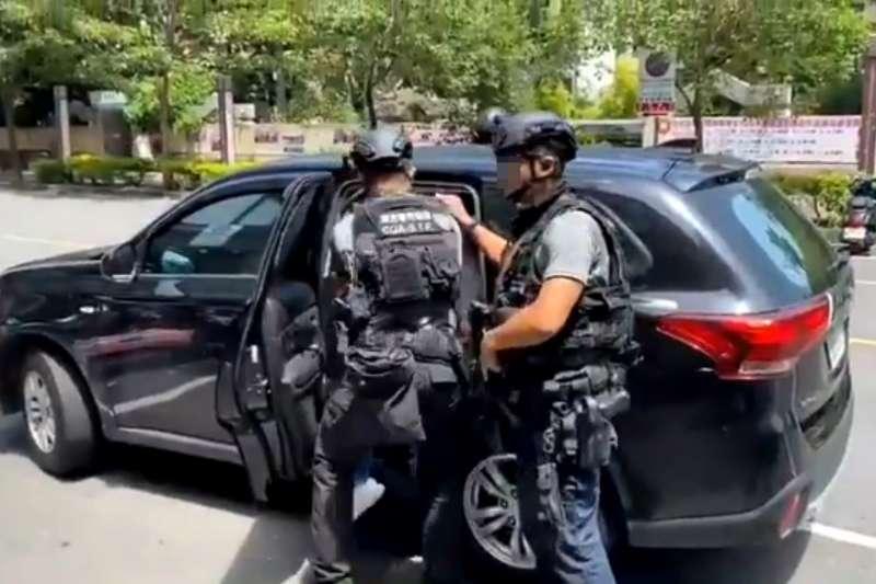 海巡特勤隊員今年8月在高雄逮捕毒品案貨主。(取自海巡署)