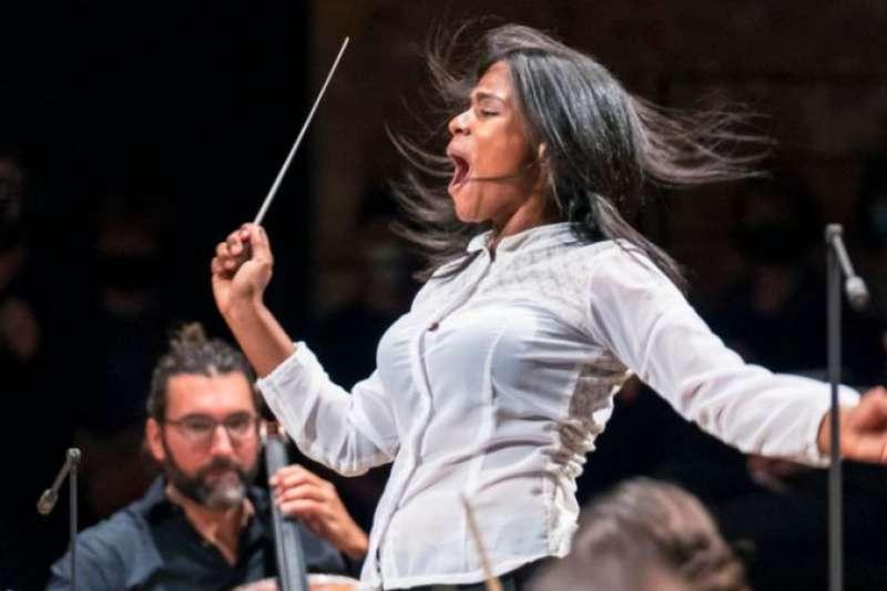 委內瑞拉女孩格拉斯·馬卡諾(Glass Marcano)華麗轉身的非凡經歷:從賣菜女到指揮家。(圖/BBC中文網)