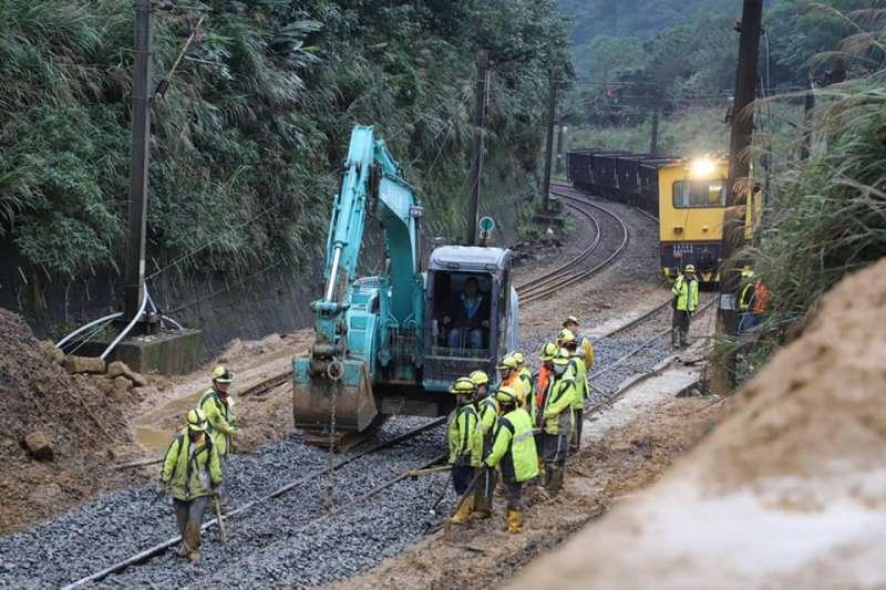 交通部長林佳龍今(14)日凌晨也特地前往猴硐車站視察,並宣布瑞猴段恢復單線雙向通車。(取自林佳龍臉書)
