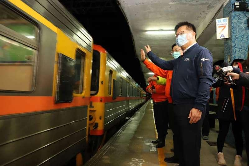 20201214-林佳龍視察猴硐車站行車狀況、坍方處施工。(取自林佳龍臉書)