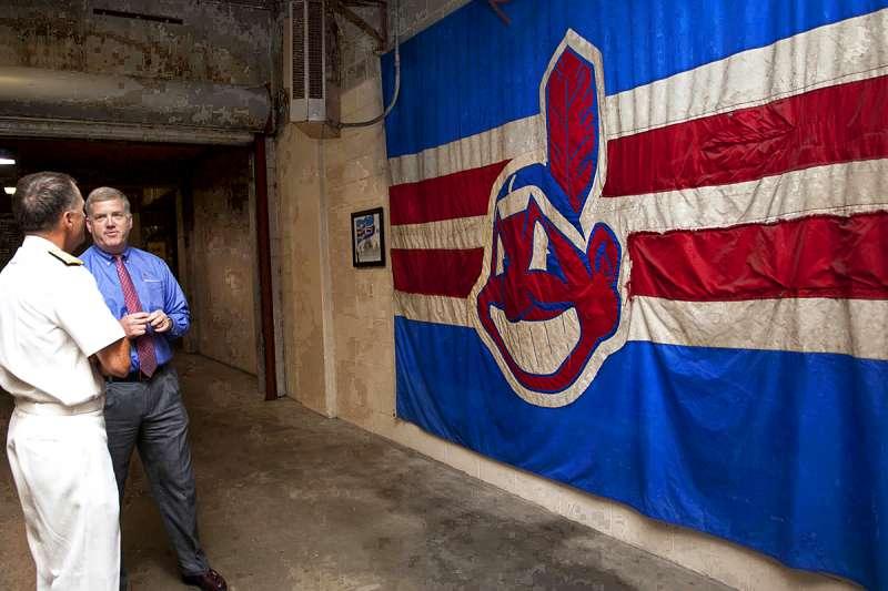 美國職棒大聯盟克里夫蘭印地安人(Cleveland Indians)主場原本掛有吉祥物瓦荷酋長(Chief Wahoo)的戰旗。(維基百科公有領域)