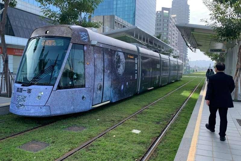 「鏡百銀河系」輕軌列車可達跨年活動的每個舞台,並能穿梭百年高雄歷史、直達天際。(圖/擷取自高雄市副市長史哲FB)