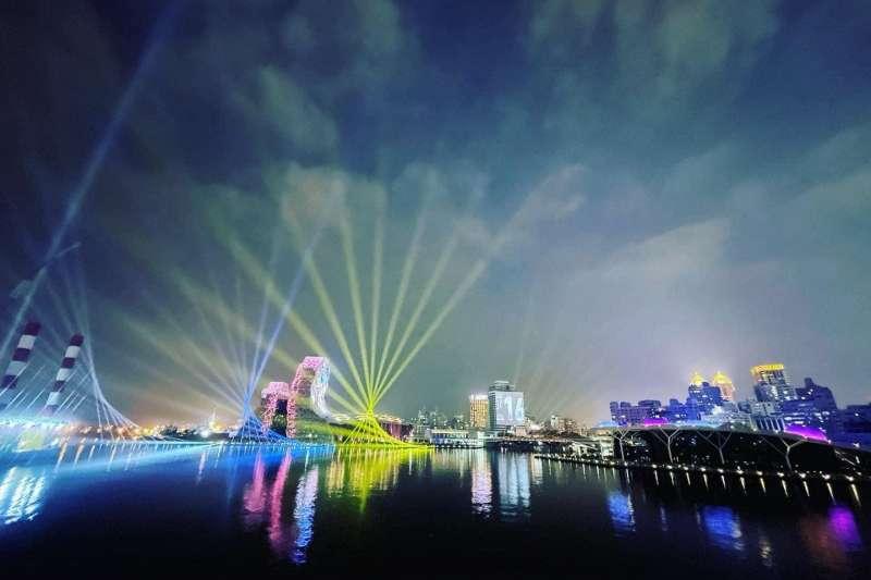 高雄市政府大力宣傳高雄2021跨百光年,是陸海空三向度2+1個舞台,最特別的是「海上舞台」。(圖/擷取自高雄市副市長史哲FB)