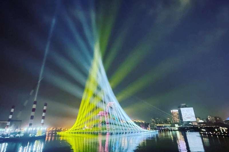高雄2021跨百光年光雕讓網友直呼美翻了!(圖/擷取自高雄市副市長史哲FB)