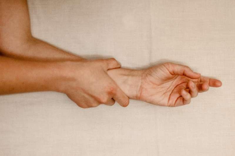 如果手抖出現以下4種情況,應該盡早就醫找出原因。(圖/取自Unsplash)