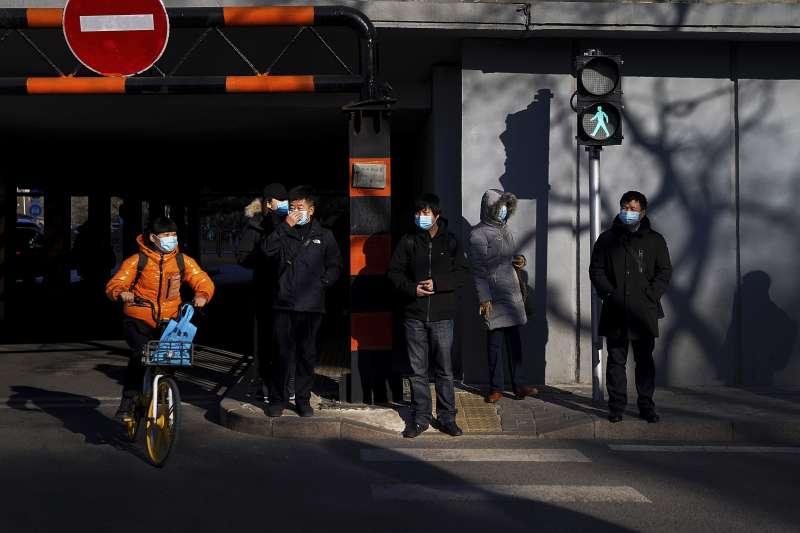 中國。北京。行人。新冠疫情。口罩。(AP)