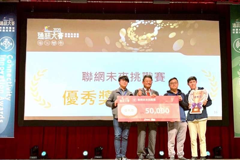 5G驅動無限新商機,亞太電信力挺新創發展,技術長高尚真(左二)受邀出席擔任「2020通訊大賽-頒獎典禮暨新創成果展」頒獎嘉賓。(亞太電信提供)