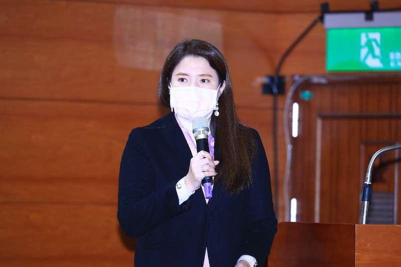 台中市政府觀光旅遊局長林筱淇在市政會議中,進行甲安好時光慢活行專案報告。(圖/台中市政府提供)