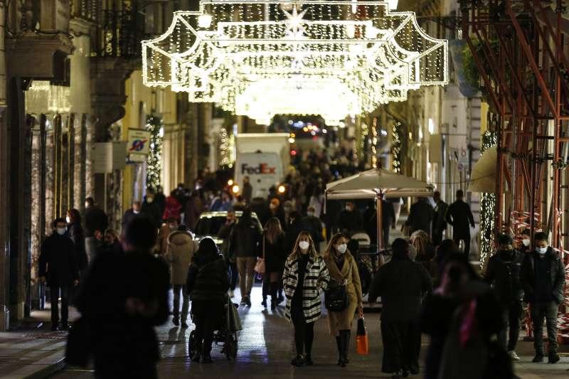 聖誕前夕,義大利羅馬商業區人潮不如往年。(美聯社)