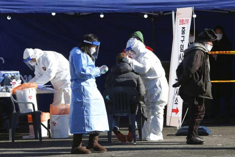 首爾街頭的臨時檢疫所,免費提供市民隨時進行新冠病毒檢測。(美聯社)