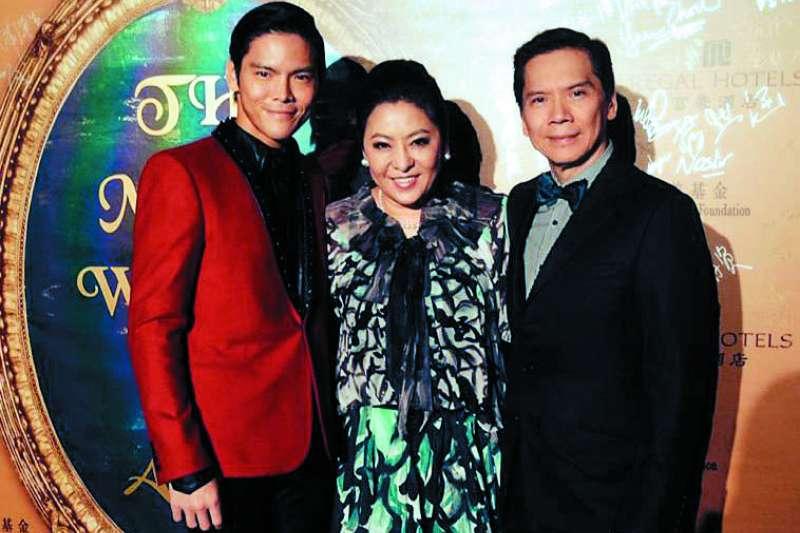 香港影劇界大哥大向華強(右)申請依親居留來台灣。(翻攝自向佐臉書)