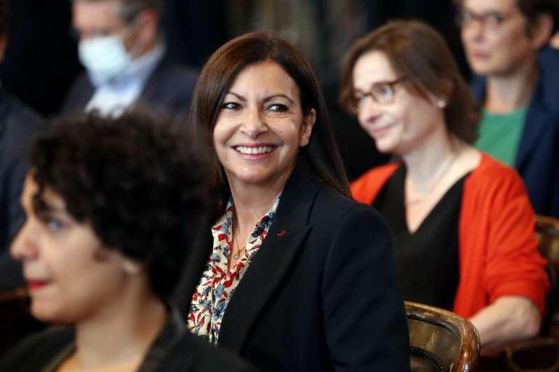 巴黎首位女性市長伊妲戈(Anne Hidalgo)率領的市府,因女性閣員比例過高遭罰款。(AP)