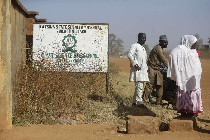 奈及利亞逾300男學生被博科哈蘭綁架,受害者家屬在校門等候消息(AP)