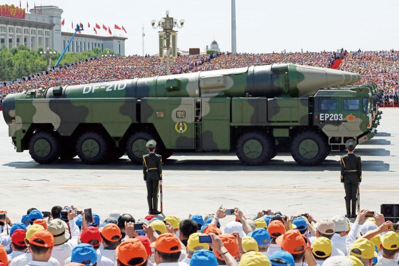 解放軍向南海試射東風-21D、26B,幾乎同時命中目標海域。(美聯社)