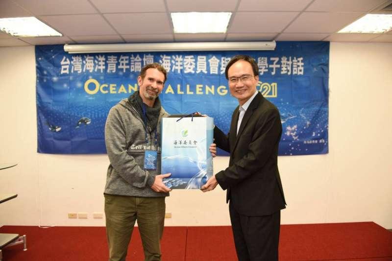 副主委蔡清標致贈紀念品給南科實驗中學Michael Weber老師。(圖/海洋委員會提供)