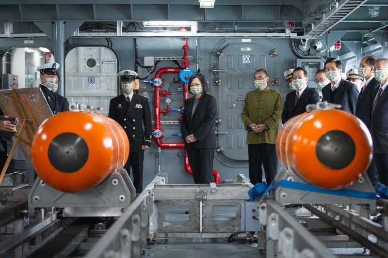 總統蔡英文上任將國防事務視為重要政策。圖為蔡英文16日親赴宜蘭龍德造船廠,見證國艦國造的最新進度。(資料照,取自蔡英文臉書)