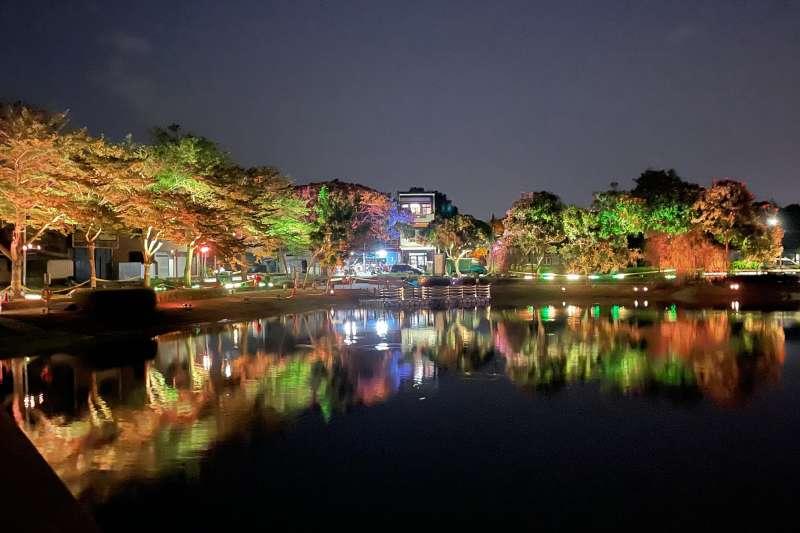 「月津港燈節」即將邁入第10年,臺南市政府打造了「光之林道」,以燈光渲染月津親水公園週邊。(圖/擷取自月之美術館官網)