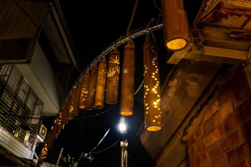連成巷曾是熱鬧商郊運行的街巷,以此為核心概念,藉由竹子這個媒材,帶領民眾一同製作竹燈、一同築起連成巷的光,使其佈滿整條街巷,重現從前熱鬧的風光。(圖/擷取自月之美術館官網)
