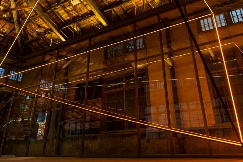 舊建築的精神化作「金色」的力量,賦予在老屋的新舊組件中,展演物件如建築圖般精確的線條,將原本複雜的建築結構與組件簡化、切割,並組構成新的「一半」三維空間。(圖/擷取自月之美術館官網)