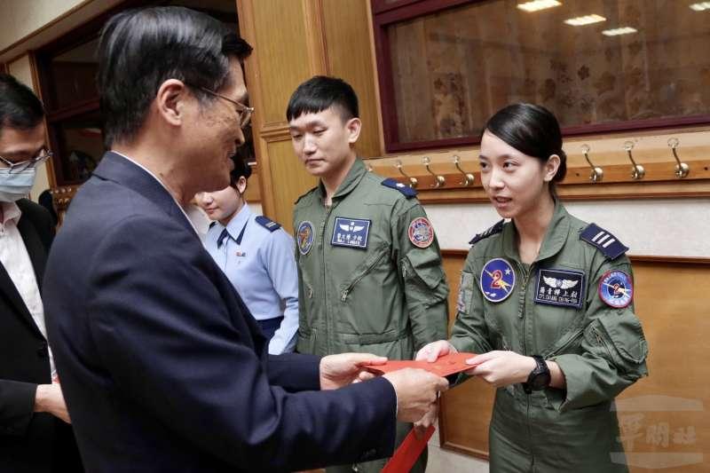 20201216-接受國防部長嚴德發慰問的女飛行員,是我國第一位幻象戰機女飛官蔣青樺上尉(右)。(軍聞社提供)