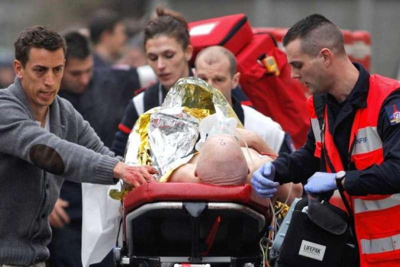 2015年1月7日,法國《查理周刊》遭到槍手攻擊,一名傷患被緊急送醫(美聯社)