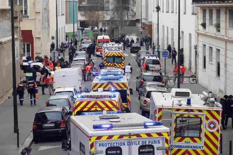 2015年1月7日,法國《查理周刊》遭到槍手攻擊,多輛救護車在《查理周刊》外頭街道待命(美聯社)