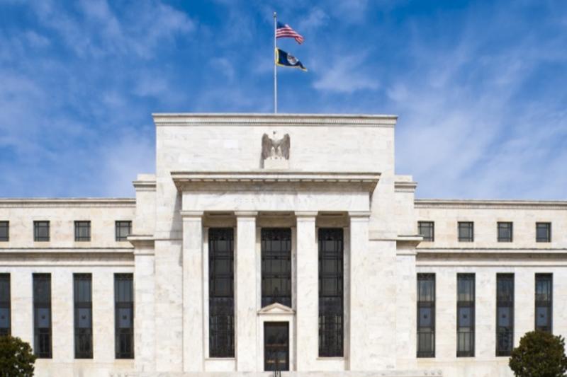 美國聯準會日前表示現階段利率將維持在0%至0.25%區間不變,並每月持續購債至少1,200億美元,直到就業最大化和物價穩定的目標取得實質進展。這代表未來一段時間內市場可能將持續低利環境,驅動資金流入風險性資產。(圖片來源:美國聯準會官方FB)