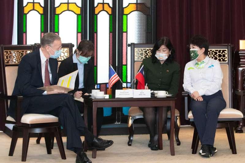 台中市長盧秀燕(左)16日接待美國在台協會(AIT)處長酈英傑到訪,其間提及萊豬議題,遭民進黨批評「外交突襲」。(資料照,台中市政府提供)