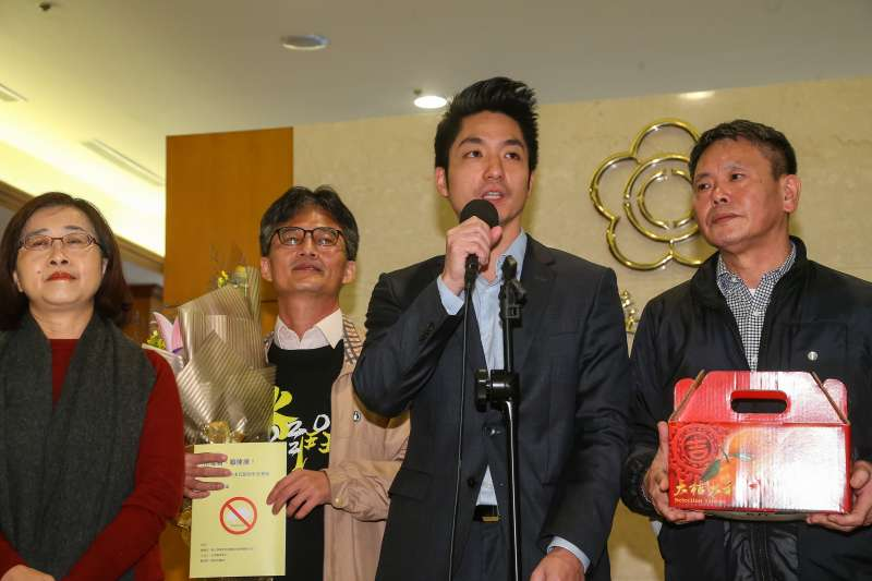 20201217-國民黨立委蔣萬安(右二)等人17日向蘇偉碩醫師(左二)獻花致意。(顏麟宇攝)