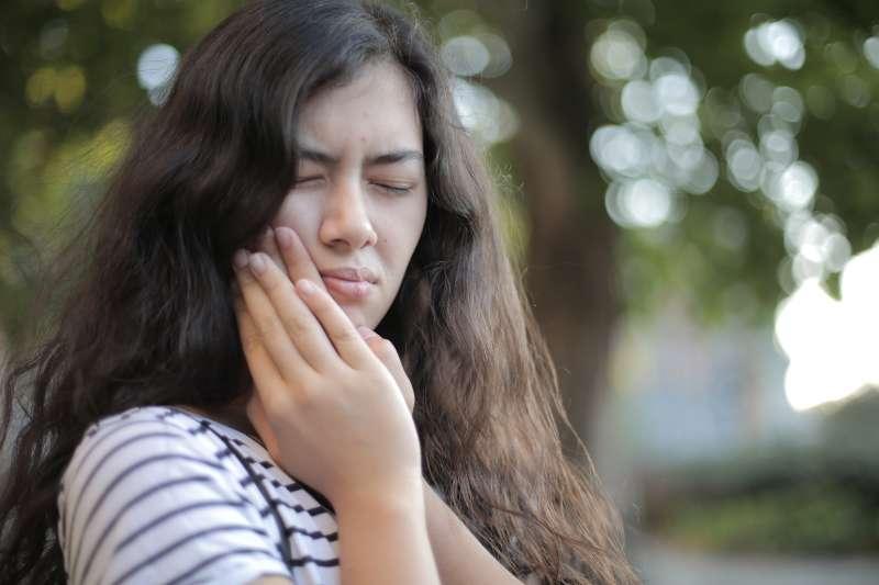 牙齒有狀況就要盡早就醫,不要以為抽神經後就沒事了。(圖/取自Pexels)