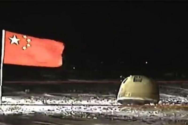 中國官方媒體播放嫦娥五號返回器著陸點現場。(翻攝網路)
