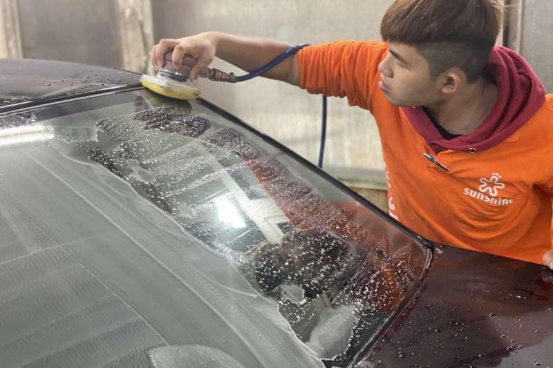 20201218-陽光汽車美容中心員工少甫總主動爭取練習機會,認真苦練技術。(陽光基金會提供)