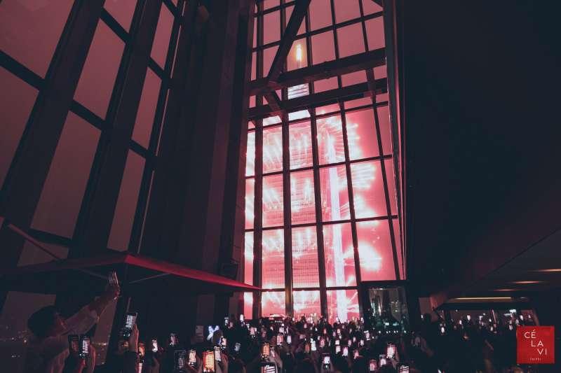業者再度舉辦限量名額的跨年派對,門票可事先上網預訂,僅百人能登上48樓近距離觀賞101煙火迎接2021。(圖/CÉ LA VI Taipei提供)