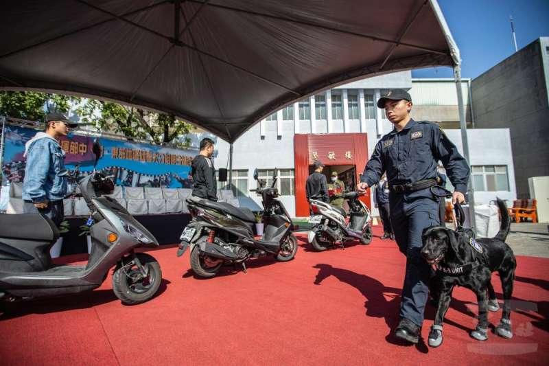 未來憲兵在台灣北、中、南、東部都有專責執行毒品查察的軍犬執勤,期藉由犬隻靈敏嗅覺,維護部隊純淨。(取自軍聞社)