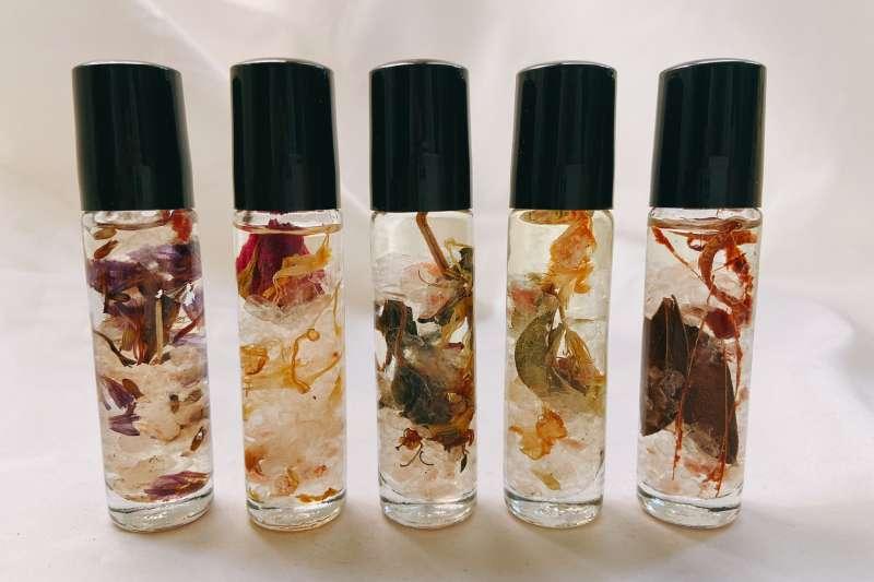 中山73與「傍ㄆㄤˊ傍ㄆㄤˊ香氛」聯名的香氛滋養油,滋養肌膚的同時也留下美好的記憶。(圖/臺中市影視發展基金會提供)