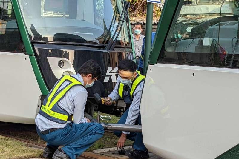 交通部19日針對高雄環狀輕軌進行履勘作業,共4.4公里路程、9座平面車站進行履勘作業,履勘小組共提出須改善事項計有29項,其中8項為「營運前須改善事項」。(交通部提供)