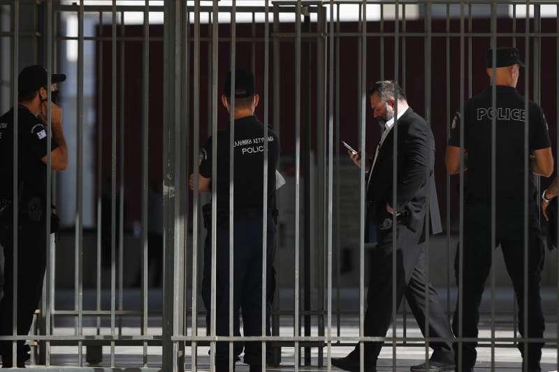 希臘極右政黨「金色黎明」前成員拉哥斯因是歐洲議員,享有引渡豁免權而遲遲未入獄(資料照,AP)