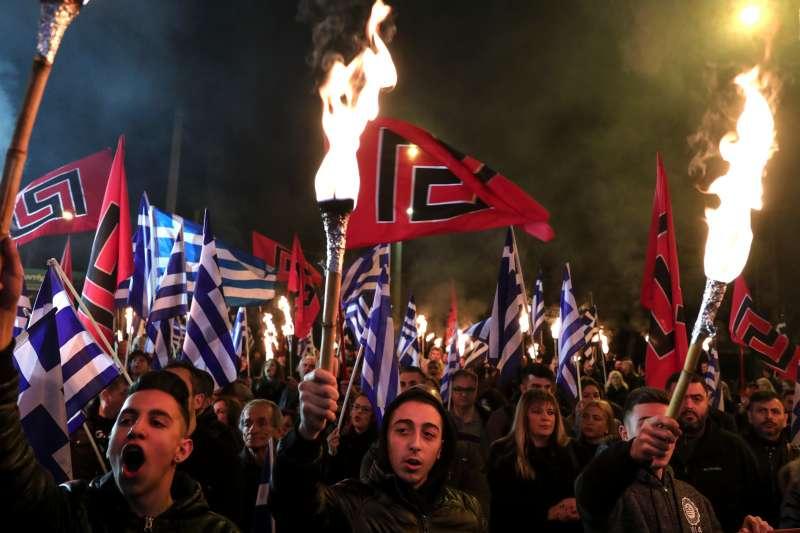 希臘極右政黨「金色黎明」支持者高舉黨旗和希臘國旗(資料照,AP)
