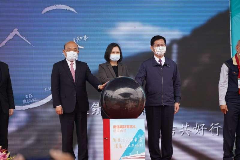 20201220-總統蔡英文(中)、行政院長蘇貞昌(右)20日出席南迴鐵路電氣化通車典禮。(台鐵局提供)