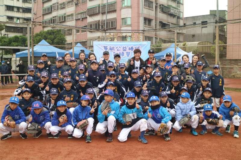 中華航空2020年公益棒球訓練營前進桃園,邀請球星陳偉殷和王維中親身指導三光國小與大勇國小的小球員。(中華航空提供)